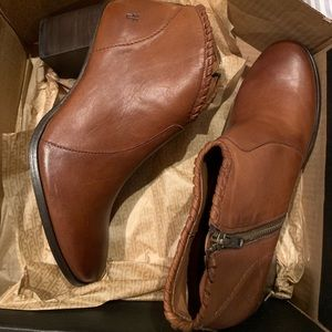 NIB Frye zip up booties